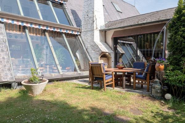 Stora glaspartier i vardagsrummet vetter mot innergården.