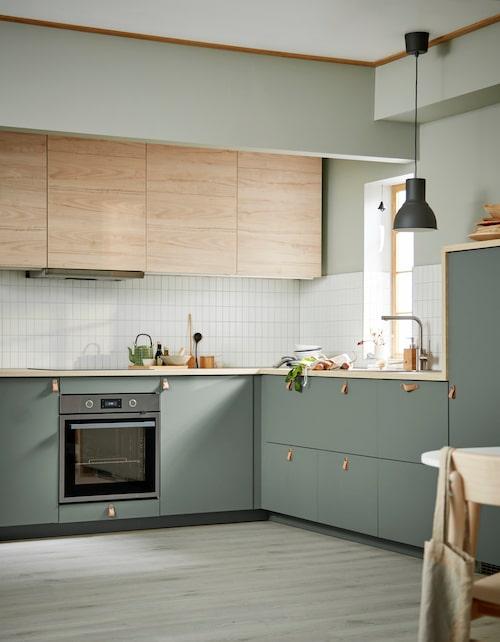 De matta grågröna köksluckorna heter Bodarp och är tillverkad i fabriker som enbart använder förnybar elektricitet. De askmönstrade luckorna heter Askersund.