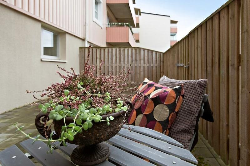 Bostadens pärla är den rymliga uteplatsen. Ett extra rum på sommarhalvåret där man sitter ostört med hjälp av insynsskyddande staket.