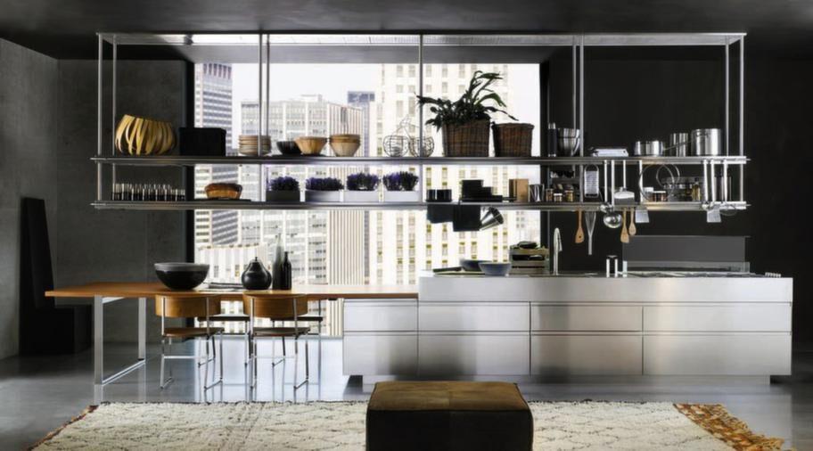 """<strong>Convivium, Arclinea</strong><br><span style=""""text-decoration: underline;"""">Höj- och sänkbart bord</span><br>En köksmodell utan handtag där man kan få luckor i fanér, rostfritt stål, lack eller laminat. Köket på bilden är i rostfritt stål med ett höj- och sänkbart bord i teak som kan höjas i linje med den rostfria köksön. Kan då användas både som arbetsbänk och som matbord. Fläkten, som är nedsänkt i bänkskivan på köksön, är höj- och sänkbar. Den går ner i bänkskivan framför spisen när den inte används.<br>Pris: från 200 000 kronor exklusive vitvaror."""
