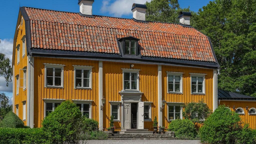 Huset har tre våningar plus källare och är totalt nästan 400 kvadratmeter stort.