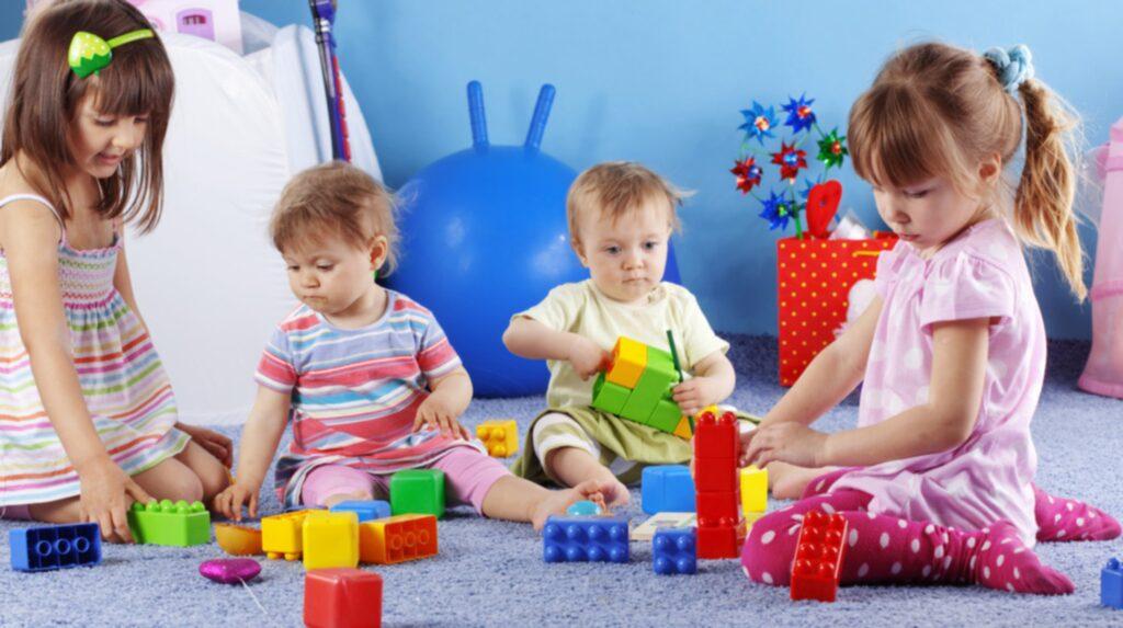 Undvik mjuka plastleksaker och ta bort sådana som är tillverkade före år 2007. Om leksaken luktar starkt (parfym eller plast), ta bort den direkt.