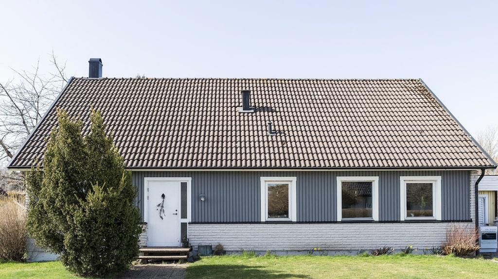 Fasaden har fått ett lyft med ny färg från Jotun i färgen Grå skiffer matt.