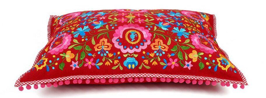 Folklore. Rikligt dekorerad kudde i ull och bomull med bollfrans i kanten, 60 x 40 centimeter, 425 kronor, broarne.se.