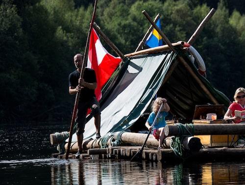 På Klarälvens Camping bygger man egna flottar av stockar och repor för att bege sig ut på äventyr.