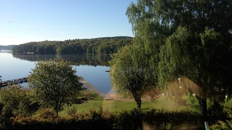 Magiska vyer i Mölndal. Från sov- och arbetsrummet i Mölndal kan Carin Hjulström blicka ut över vattnet.