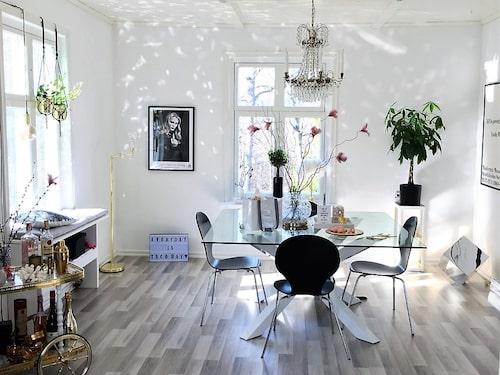 Ljuskronan över matbordet skapar ett vackert ljusspel när vårsolens strålar tittar in genom fönstret.