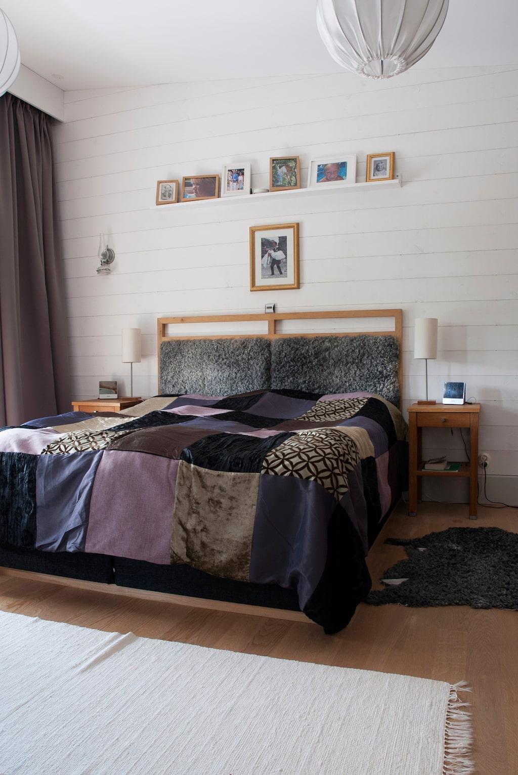 Sänggaveln i Maries och Jens sovrum är en kombination av ek och fårskinn från Maries föräldrahem, gården Roes Grötlingbo. Marie har designat och sytt lapptäcket på sängen.