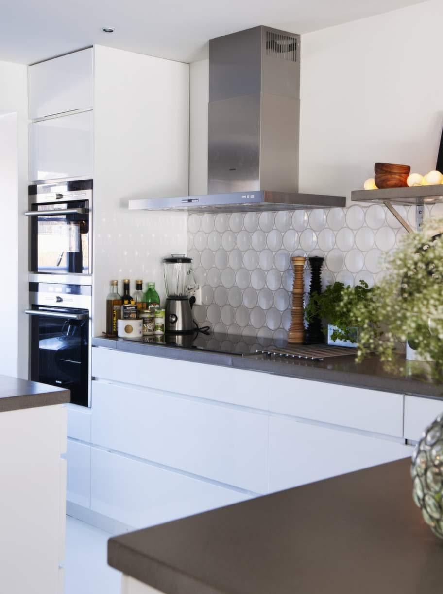 Köket kommer från Kvik och alla vitvaror från Siemens. Den runda mosaiken finns hos M2 Kakel.