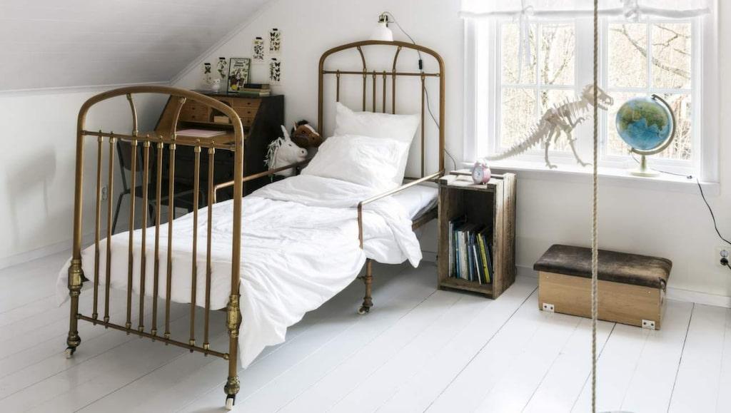 <p>Charmigt inrett för barn med en vacker gammal järnsäng. Sänglampa från Ikea. Dinosaurie från Teknikmagasinet. Rund gunga från Biltema.</p>