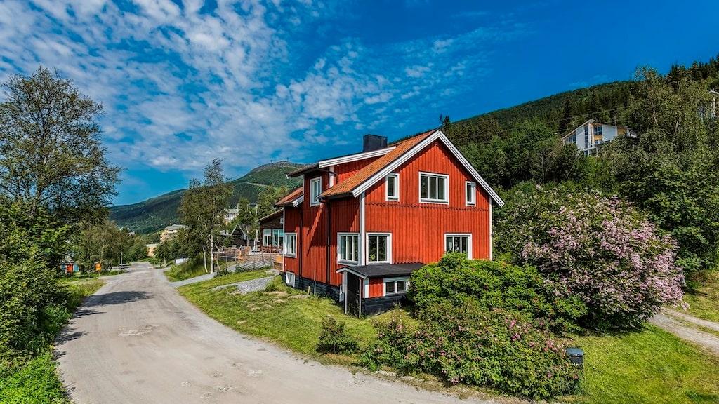 Huset som är byggt 1945 är ett charmigt hus med utsikt över både sjön och fjället.