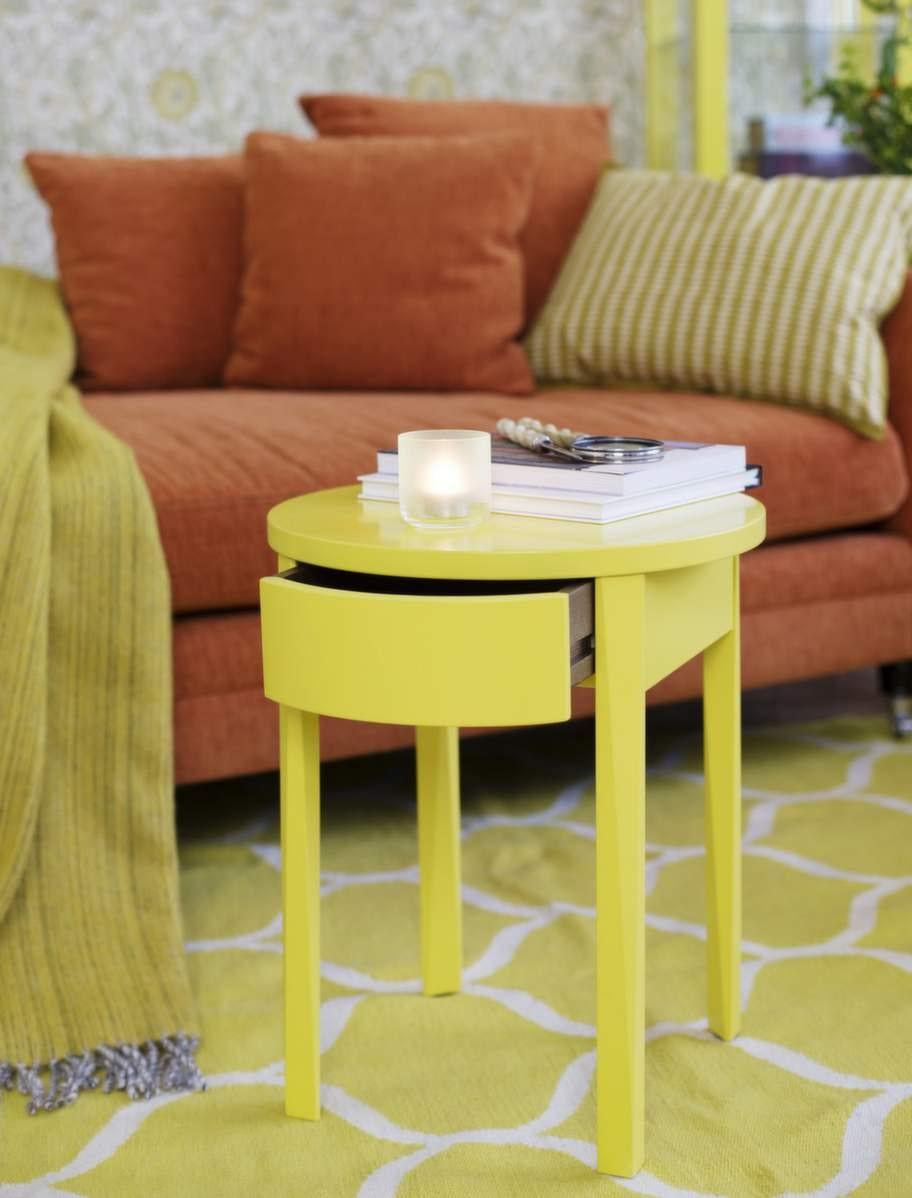 Avlastningsbord ur Ikeas Stockholmsserie, 799 kronor, Ikea. Förstoringsglas och brevkniv, 229 kronor, båda från Oscar och Clothilde. Ljuslykta, från Hay, 70 kronor NK inredning. Schäslong, 10 995 kronor, Mio. Pläd Björk i ull från Klippan, 650 kronor Room.