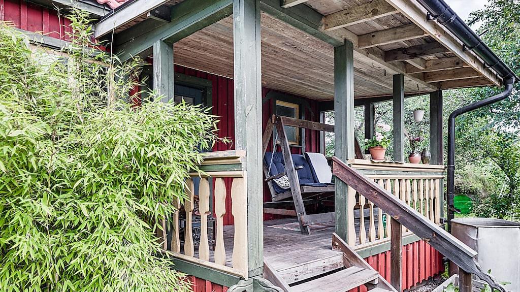 """Då finns chansen nu. Denna gård som marknadsförs som """"Kinnekulles egen Mandelmanns"""" är till salu på Hemnet. Här, verandan till huvudentrén till boendehuset."""