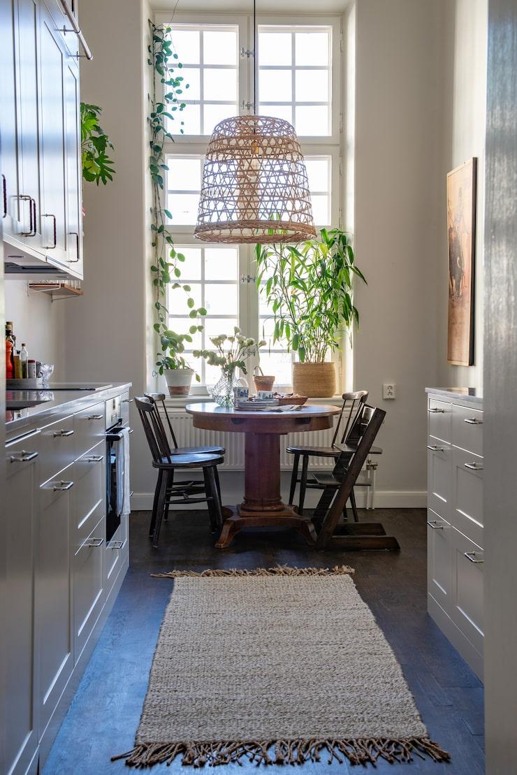 Köket är ett korridorkök, men tack vare de det stora fönstret med ett enormt ljusinsläpp känns det luftigt. Både bordet och stolarna är ärvda.