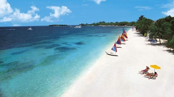 Negrils populäraste strand Seven Mile Beach är som gjord för barfotapromenader.