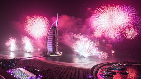 Lyxhotellet Burj al Arab lyser upp i fyrverkeriernas sken.