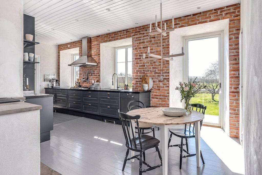 Köket ligger mot söder med utgång till den stora gjutna uteplatsen. Köket renoverades 2013 och då sattes ny gasolspis och vedspis in. I köket finns en matplats samt ett skafferi som det går att gå in i. Ytterväggen i köket är tegelbeklädd och golvet är gråmålade plankgolv.