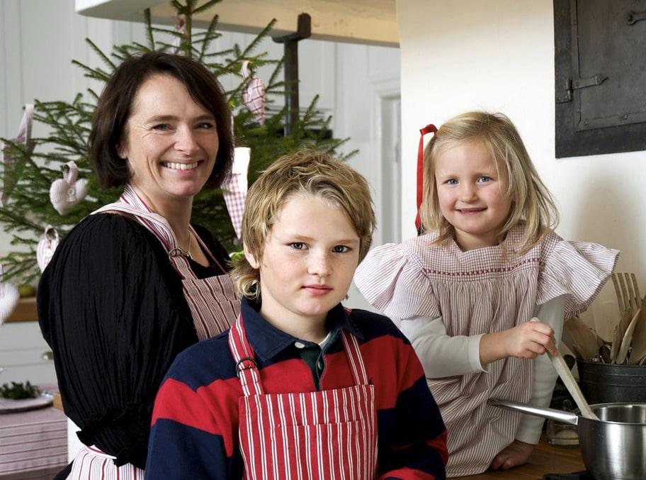 TRADITION. Mamma Anna samlar både barn och syskonbarn på Stora Holm för julgodispyssel. Här tillsammans med brorsbarnen Hannes, 9 och Elsa, 6.