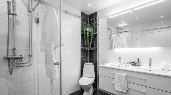 Badrummet har plats för en riktig dusch.