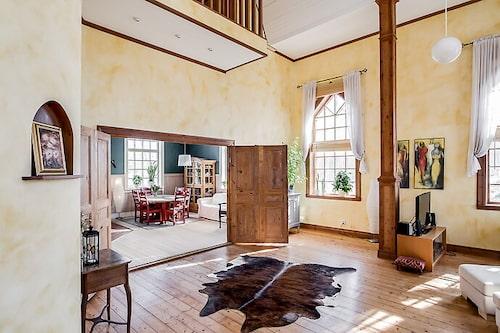 Här syns en del av balkongen i vardagsrummet och öppningen inte till köket.