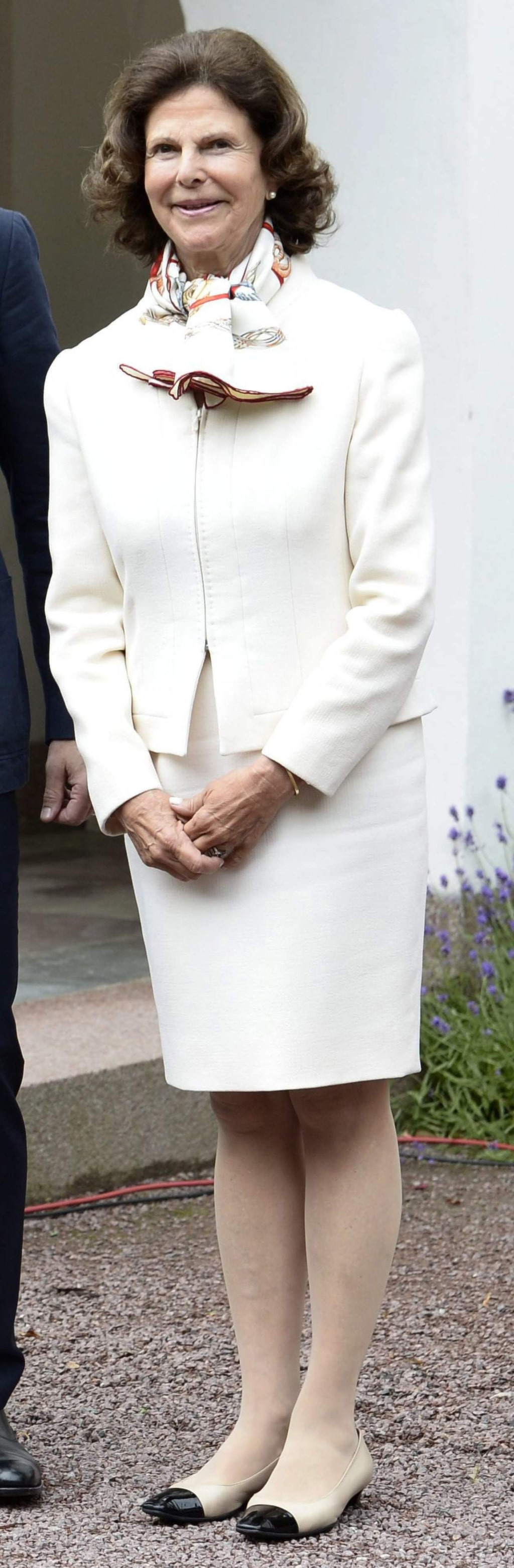 Drottning Silvia i vit dräkt på kronprinsessans födelsedag i juli 2015.