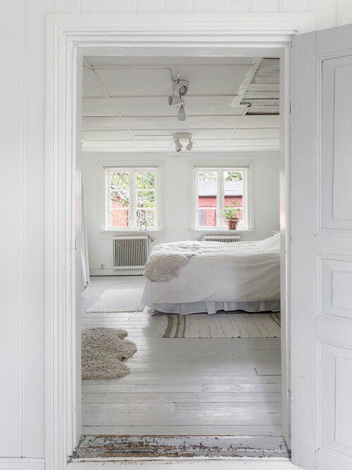 Parets sovrum ligger på övre plan och är inrett i vilsamt vitt. Utanför fönstren ligger den vackra innergården som omgärdas av faluröda uthus.
