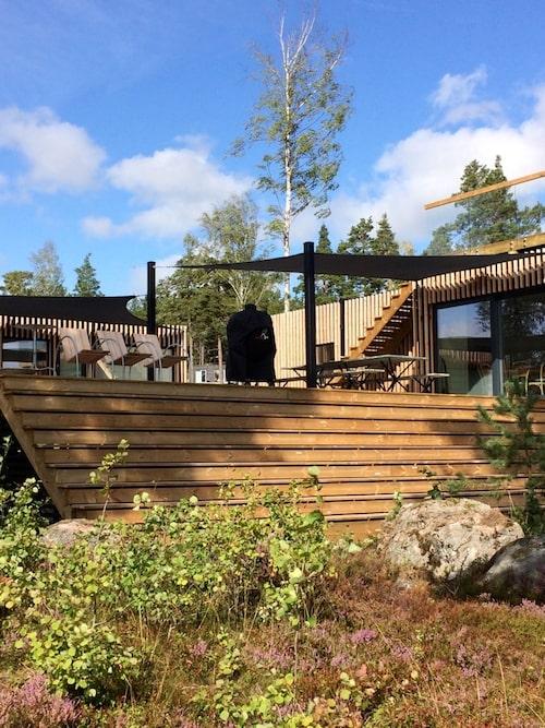 """""""Huset är arkitektritat av Thomas Sandell. Det är modernt med ribbor av lärkträ på utsidan, som gör att huset försvinner in i naturen."""""""