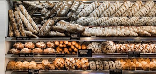 Den välfyllda brödhyllan på Gunnarsons.