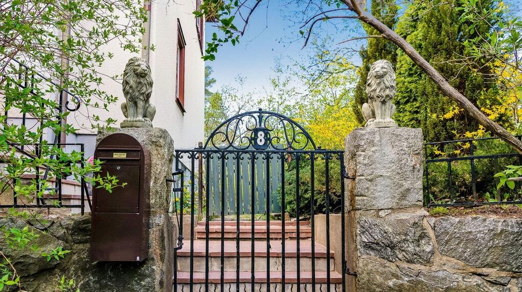 Nu får du följa med in bakom grindarna och kika in.