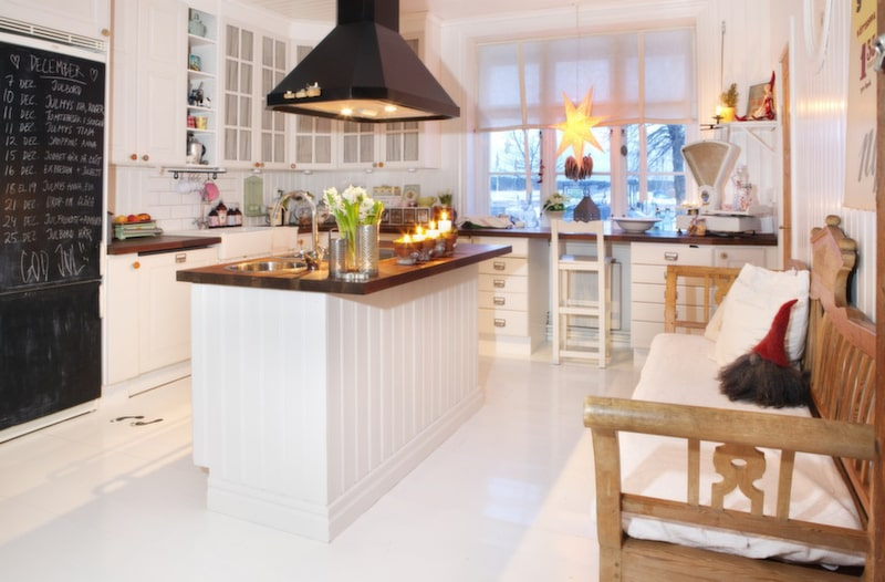 LANTKÖK I det rymliga köket lagar Johanna gärna goda rätter till sina vänner. Skåpens dörrknoppar är gamla trådrullar och varje låda är märkt med små lappar som skvallrar om innehållet.
