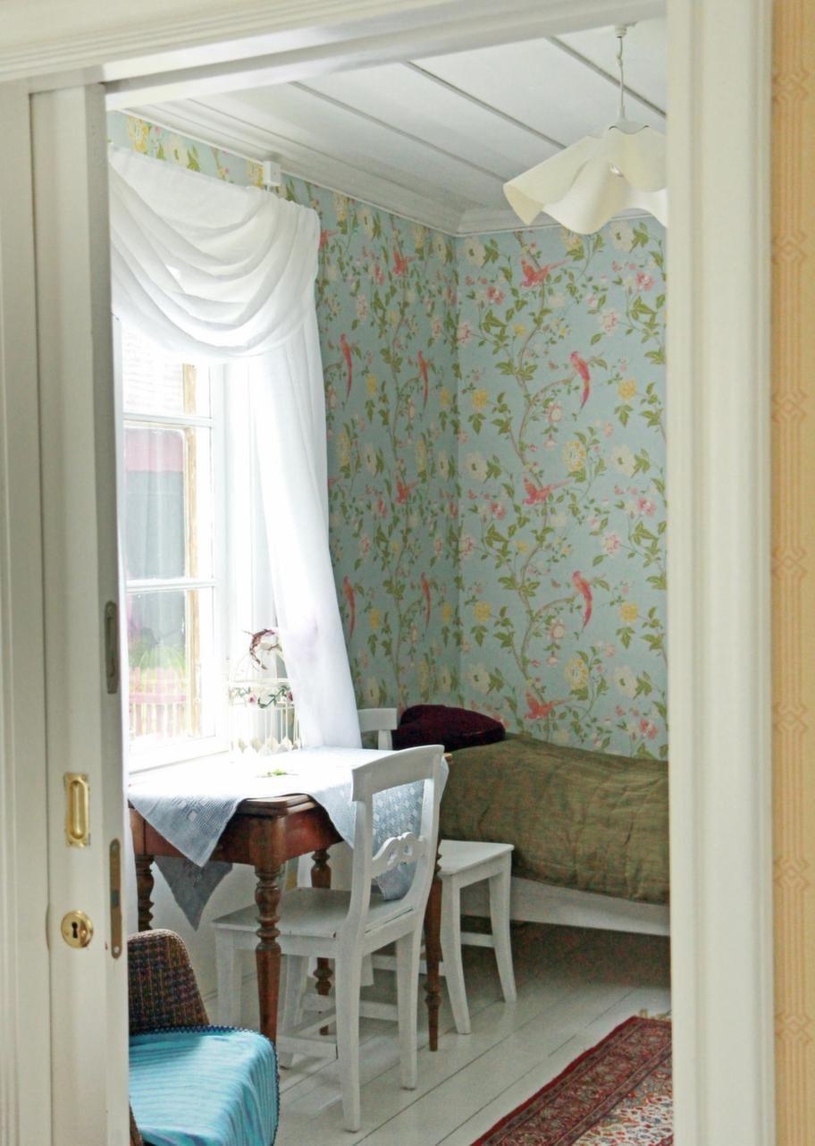 Fantasifullt fågelmotiv<br>Tapeten med rosa fåglar mot pastellblå botten, i ett av sovrummen, kommer från Laura Ashley.