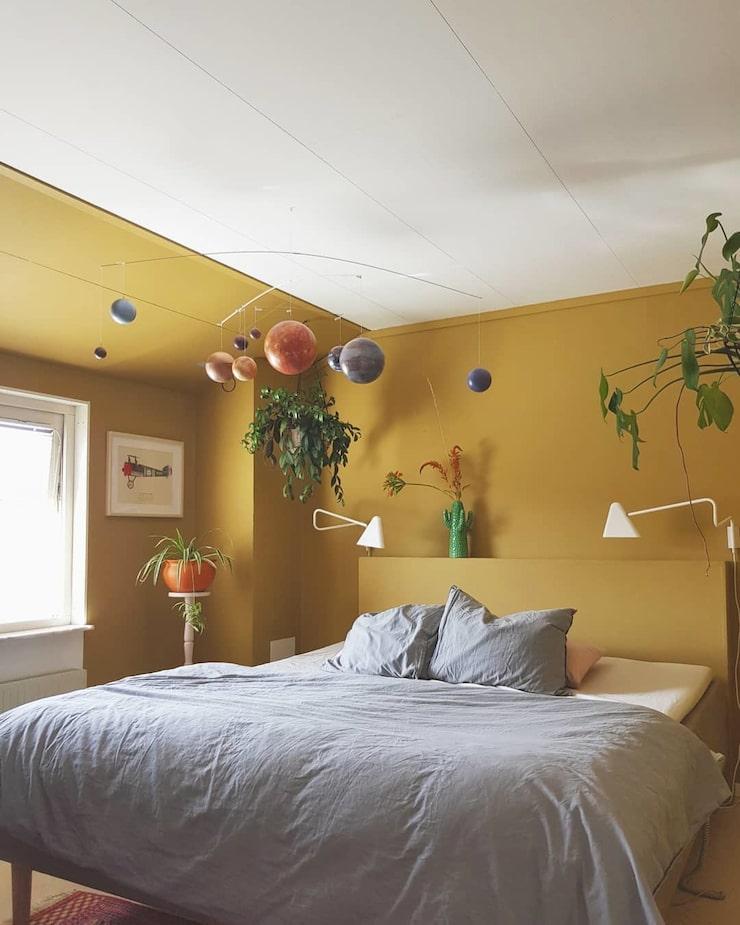 """""""Jag älskar vårt sovrum som känns varmt och omfamnande. Sänggaveln har vi byggt själva."""""""