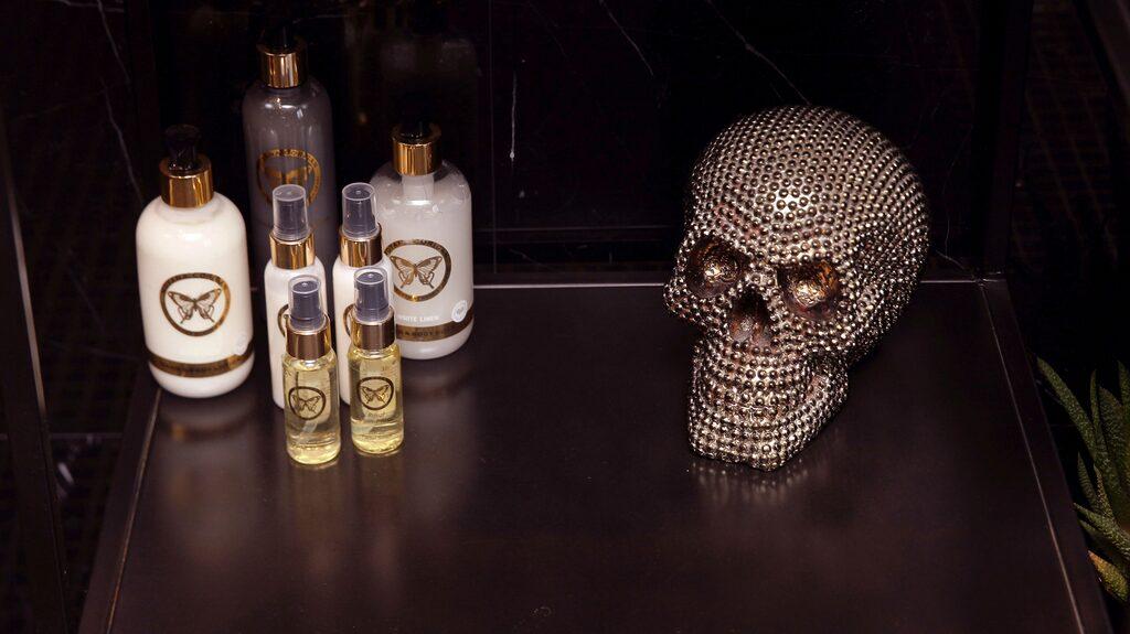 Döskallen i guld kommer från DIS Inredning och de ekologiska Moyana Corigan-produkterna är Lailas eget hudvårdsmärke.