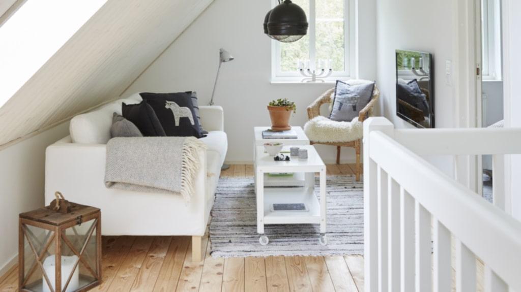"""Golvet på loftet är egentligen ett s.k. underlagsgolv och det var tänk att läggas ett """"riktigt"""" golv över. Men familjen har valt att behålla det som det är."""