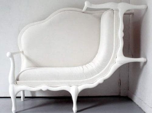 Ja, bilden är åt rätt håll. Det här är en soffa som mer liknar en väldigt brant divan. Bekvämligheten bör nog ifrågasättas dock.