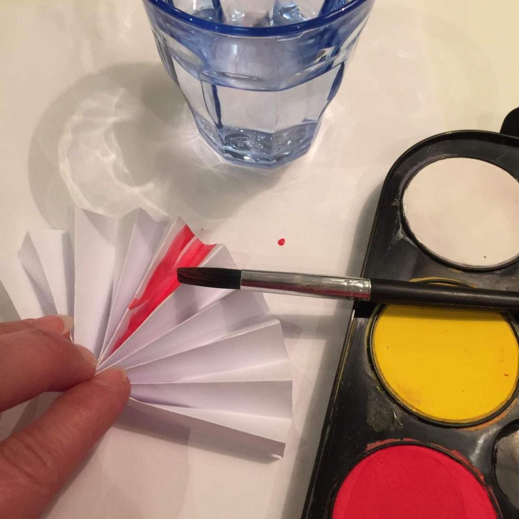 Måla med vattenfärger i valfri färg. Färgen får gärna rinna och vara lite flammig. Vattenfärgskänsla gäller!