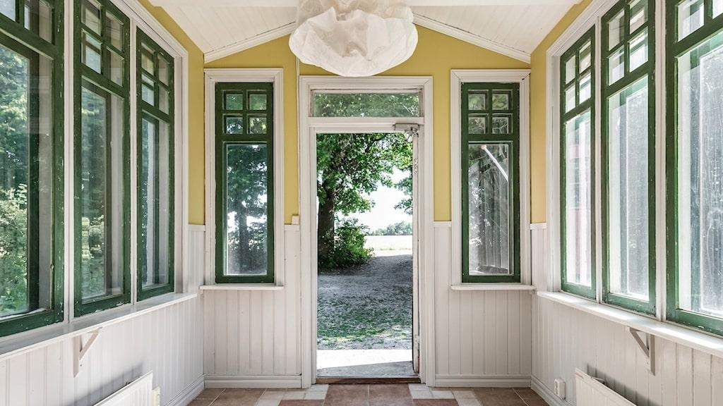 Farstu med fönster i tre väderstreck.