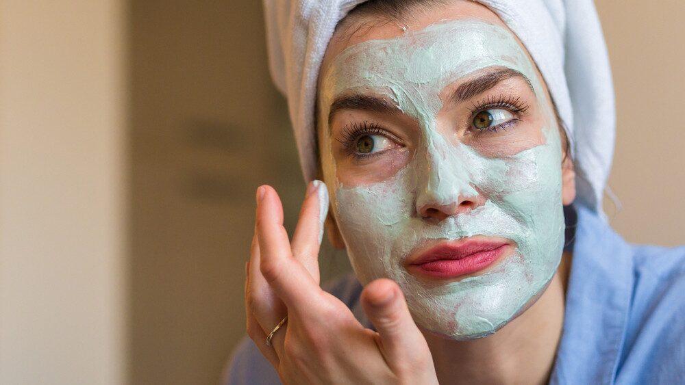 Svalka och återfukta ansiktet med de här grymma maskerna.