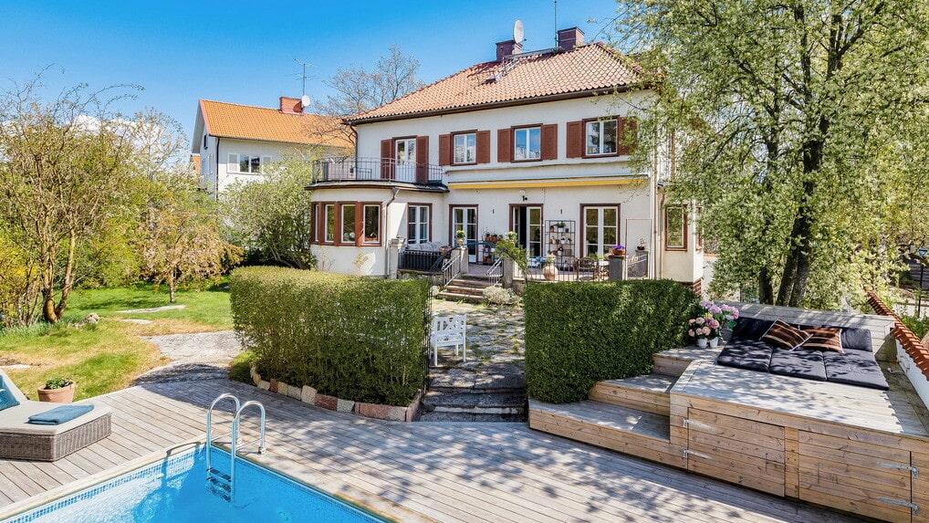 Denna tjusiga villa i Bromma utanför Stockholm säljs av skådespelerskan och författaren Martina Haag.
