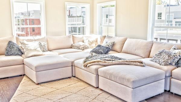 En stor soffa är perfekt om utrymmet är stort – annars inte.