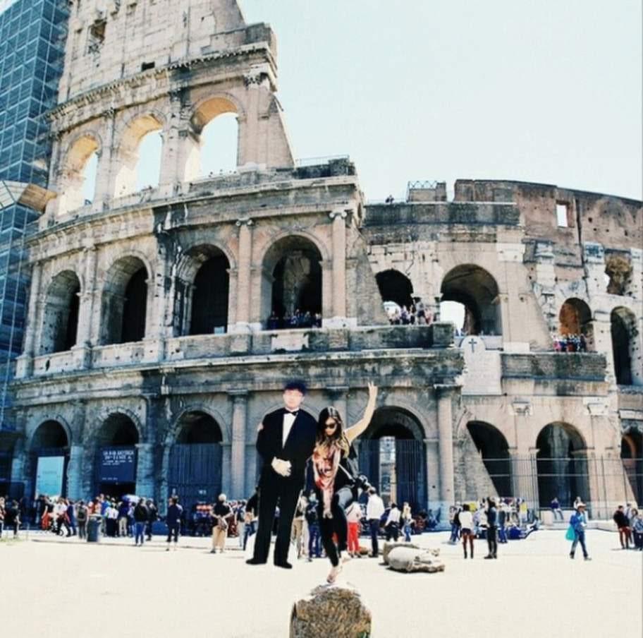 Här är de vid Colosseum i Rom.