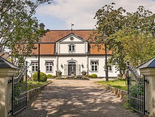 1700-talsgården ligger vid Mälaren, 50 minuter med bil från Stockholm.