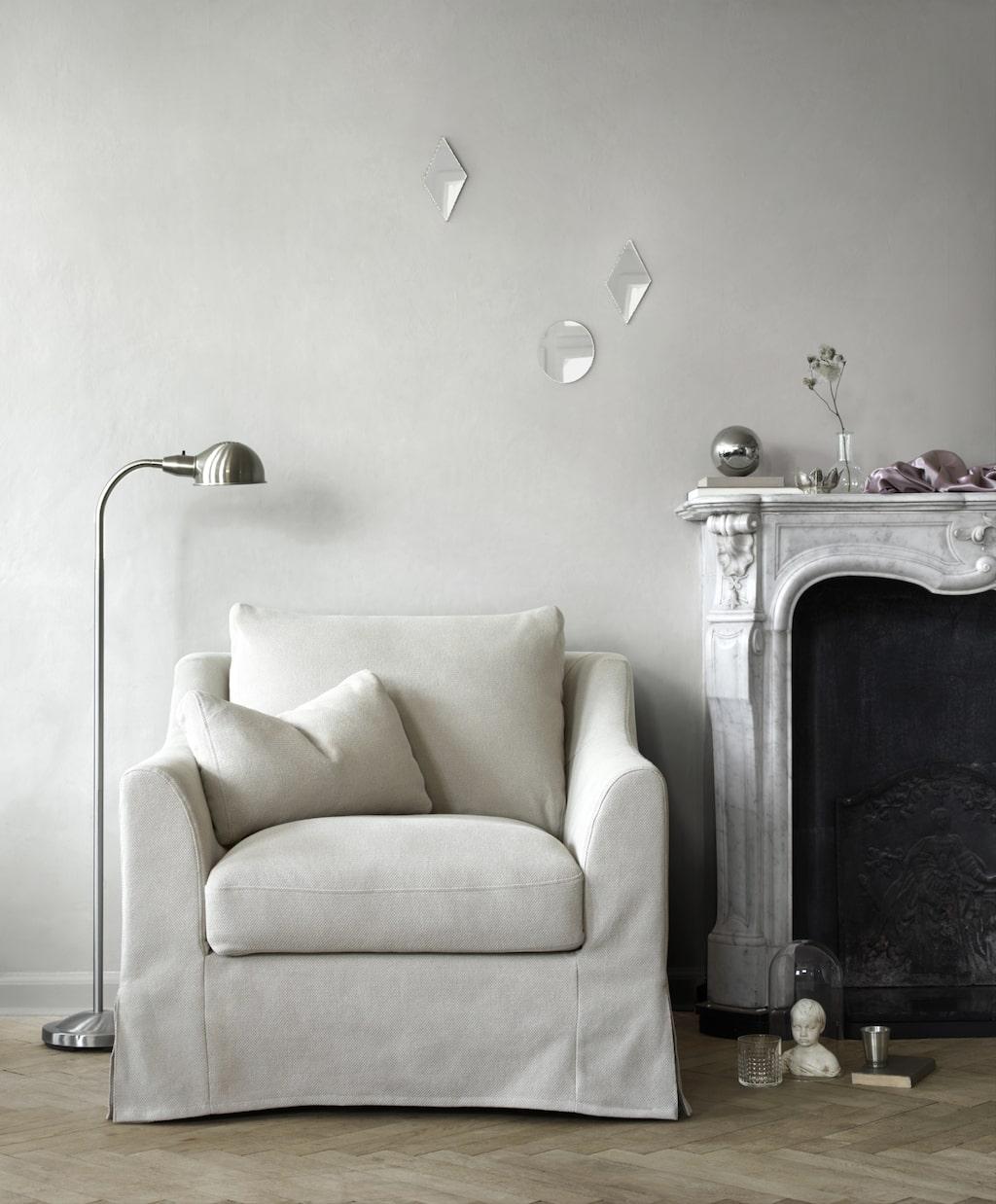 Färlöv soffserie kombinerar en traditionell look med förstklassig komfort. Soffan och fåtöljen har en tidlös design, generösa proportioner, pocketresårer och lösa kuddar. Till serien hör även en fotpall med smart förvaring. Finns med vit eller beige avtagbar klädsel som kan tvättas i maskin. Klädslarna är i garnfärgat tyg med naturliga inslag av lin som ger klädseln en krispig struktur som både syns och känns. Fåtölj 3495 kr. Fotpall med förvaring 1995 kr. 3-sitssoffa 5995 kr.