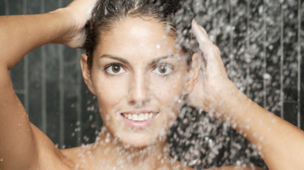 <p>Experter avråder dock från att ta riktigt varma duschar när det är kallt ute. Huden klarar inte av temperaturväxlingarna och blir irriterad.</p><p>Ljummet vatten och mild tvål är att rekommendera.</p>