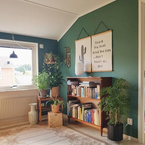"""""""I vårt allrum på övervåningen målade vi väggarna mörkt gröna då ljuset faller in från alla håll. Här trivs många av mina plantor."""""""
