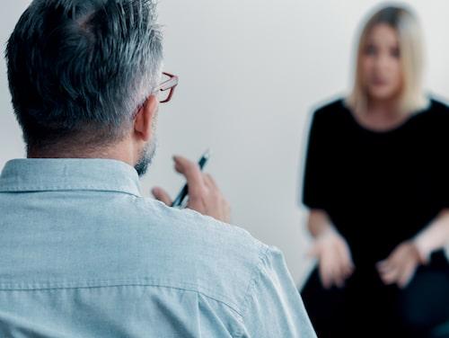 Terapeuten fungerar som ett stöd vid exponering, som ofta trappas upp från mindre till större utmaningar.