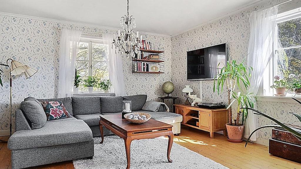I vardagsrummet är det plankgolv, liksom i många andra rum.