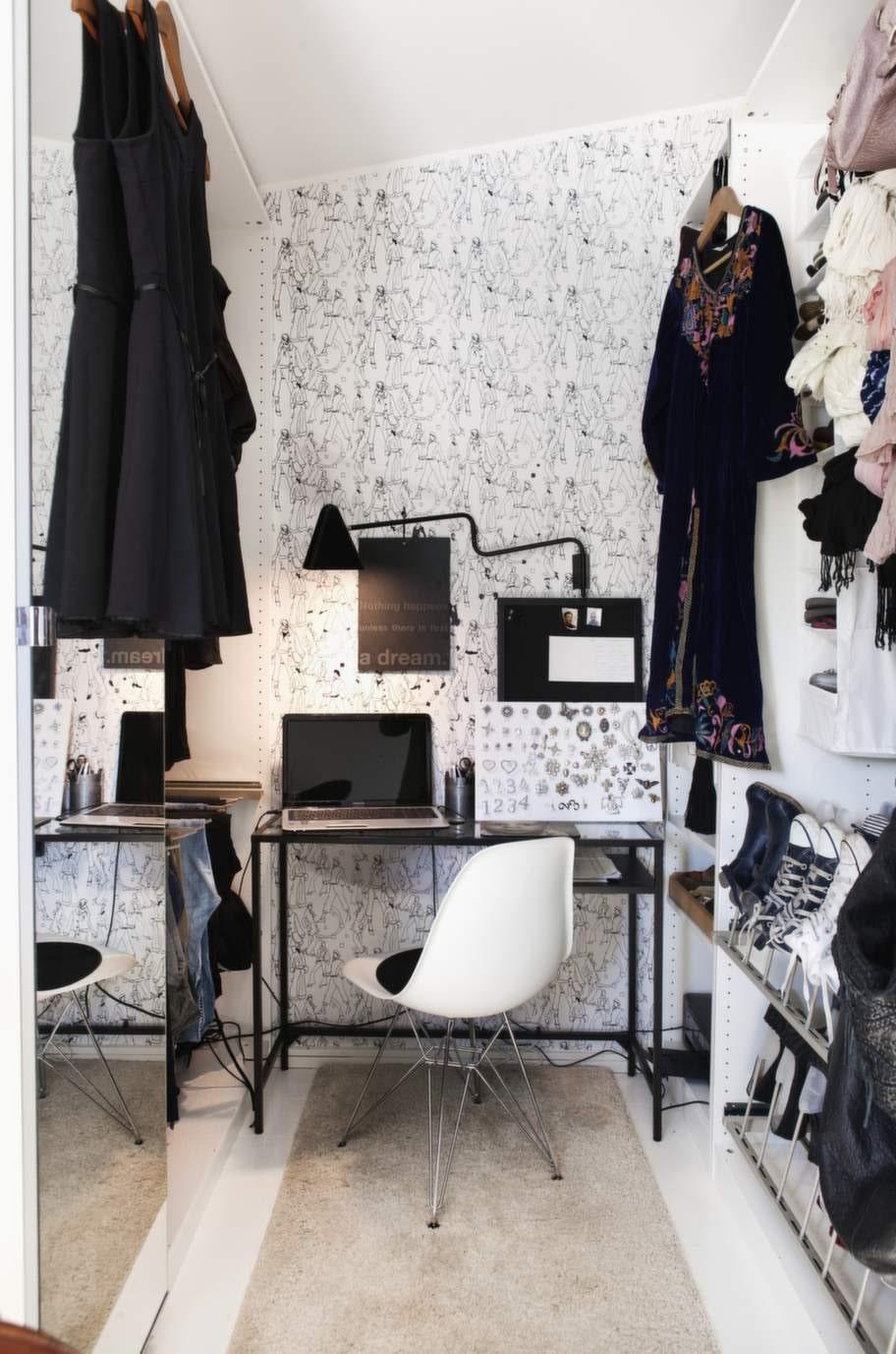 I garderoben ryms även en liten arbetshörna med klassisk Eamesstol och skrivbord och lampa från Ikea. Tapet från Rusta.