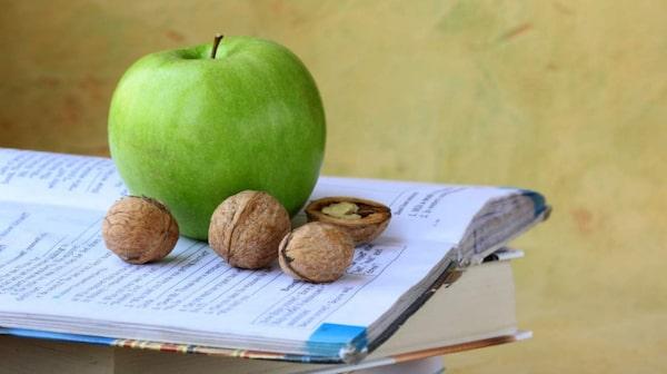 Eftermiddagsmellis. Äpple och valnötter gör dig piggare.