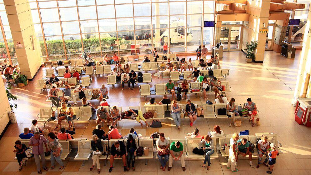 Flygplatsväntan kan kräva ström till mobilen – men se upp.
